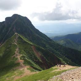 赤岳の文三郎尾根から見た阿弥陀岳と中岳